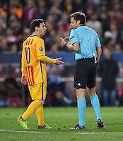 FUSSBALL CHAMPIONS LEAGUE  SAISON 2015/2016 VIERTELFINAL RUECKSPIEL Atletico Madrid - FC Barcelona       13.04.2016 Lionel Messi (li, Barca) im Gespraech mit Schiedsrichter Nicola Rizzoli (Italien)