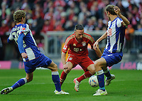 Fussball Bundesliga Saison 2011/2012 9. Spieltag FC Bayern Muenchen - Hertha BSC Berlin V.l.: Fabian LUSTENBERGER (Hertha BSC), Franck RIBERY (FCB), Roman HUBNIK (Hertha BSC).