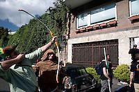 """Roma 13 Maggio 2010. Studenti e precari del gruppo attivo su Facebook """"Fai la valigia"""", hanno venduto  all'asta, della casa dell' Onorevole Claudio Scajola, con l'intervento  di Robin Hood e frate Tuck..Rome May 13, 2010. Students and insecure of the  group active on Facebook """"Make suitcase,"""" have sold at auction, the house of 'Mr Claudio Scajola, with the assistance of Robin Hood."""