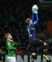 FUSSBALL   1. BUNDESLIGA   SAISON 2013/2014   11. SPIELTAG SV Werder Bremen - Hannover 96                         03.11.2013 Ron-Robert Zieler (re, Hannover 96) rettet vor Aaron Hunt (li, SV Werder Bremen)