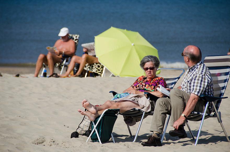 Nederland, Beverwijk, 4 sept 2014<br /> Bakken in de zon op het strand van Beverwijk.  <br /> Foto: (c) Michiel Wijnbergh