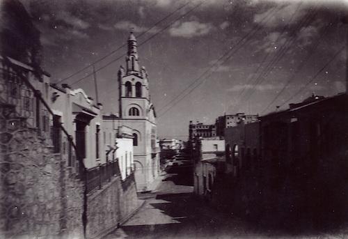 Cuesta Hostos. Vista del campanario de la Iglesia de la Altagracia. Foto Luis Mañón. 1941. Col. AGN