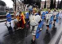Roma 19 Aprile 2009.Corteo storico con costumi da legionari centurioni, gladiatori, vestali e  senatori dell'Antica Roma per festeggiare il Natale di  Roma.. People dressed as soldiers of the ancient Rome march in front of the Colosseum during a parade marking the 2762nd birthday anniversary of Rome