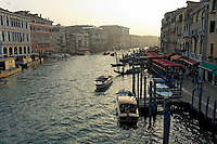 Le Grand Canal en fin de journee depuis le pont du Rialto.(Venise, Octobre 2006)