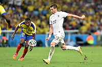 FUSSBALL WM 2014  VORRUNDE    GRUPPE E     Ecuador - Frankreich                  25.06.2014 Morgan Schneiderlin (re, Frankreich) zieht ab. Osvaldo Minda (li, Ecuador) ist lediglich Beobachter dieser Szene
