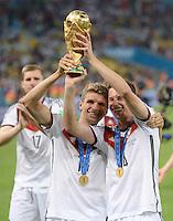 FUSSBALL WM 2014                       FINALE   Deutschland - Argentinien     13.07.2014 DEUTSCHLAND FEIERT DEN WM TITEL: Thomas Mueller (li) und Julian Draxler (re) jubeln mit dem WM Pokal