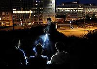 PK nr: 10475.Kategori: Dagligliv i Norge.Tittel: Banarepublikk?..Bildetekst: Stig Gaustad fra Sentrum politstasjon, bevæpnet med en banan, sjekker ungdomer  i Slottsparken.  Sentrum Politistasjons etteretningsavdeling følger med på utelivet i Oslo sentrum, og til tross for 22.juli ønsker de fleste poltifolk ikke å være bevæpnet. .Digitalt.Dato: 13.august.Sted: Oslo