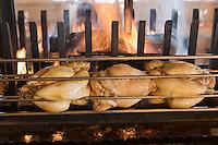 Europe/France/Rhone-Alpes/74/Haute-Savoie/Megève: Restaurant d'Altitude: Cuisson à la broche des volailles de Bresse dans la cheminée du restaurant d'Altitude:L' Idéal au sommet du Mont d'Arbois