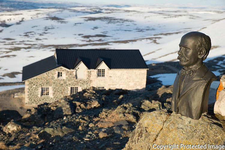 Byste av grunnlegger Khristian Birkeland utenfor det restaurerte nordlysobservatoriet på fjelltoppen Haldde ved Alta. ---- The norhtern lights observatory on Haldde, outside Alta.