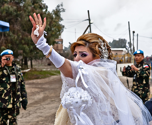 Samar, the syrian bride, is saying a last farewell to her family before to cross the border