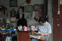 Dans le quartier chinois de Bangkok, comme ailleurs, un portrait du roi souvent aux couleurs délavées par le soleil protège les commerces au même titre que les autels du Bouddha.