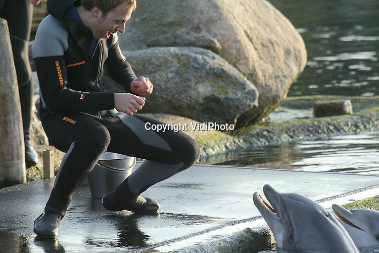 Foto: VidiPhoto..HARDERWIJK -Jocks van Radio 538 spetteren en spelen woensdag tussen de dolfijnen van het Dolfinarium in Harderwijk. Deze eenmalige en ongebruikelijke gebeurtenis is voor het Dolfinarium de start voor het nieuwe seizoen. Daarin kunnen bezoekers van het park na reservernig zelf met de dolfijnen spelen en ze benaderen.
