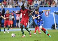 FUSSBALL EURO 2016 FINALE IN PARIS  Portugal 1-0 Frankreich     10.07.2016 Eder (li, Portugal) gegen Laurent Koscielny (re, Frankreich) auf dem Weg zum entscheidenden Tor zum 1-0