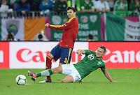 FUSSBALL  EUROPAMEISTERSCHAFT 2012   VORRUNDE Spanien - Irland                     14.06.2012 Gerard Pique (li, Spanien) gegen Simon Cox (re, Irland)