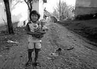 Kosovo  12 Novembre 2000.Pe? (in albanese Pejë / Peja; in serbo Pe?).zona di Mahala e Bates.Una bambina di etnia rom