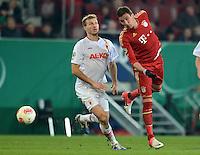 FUSSBALL  DFB-POKAL  ACHTELFINALE  SAISON 2012/2013    FC Augsburg - FC Bayern Muenchen        18.12.2012 Ragnar Klavan (li, FC Augsburg) gegen Mario Mandzukic (FC Bayern Muenchen)