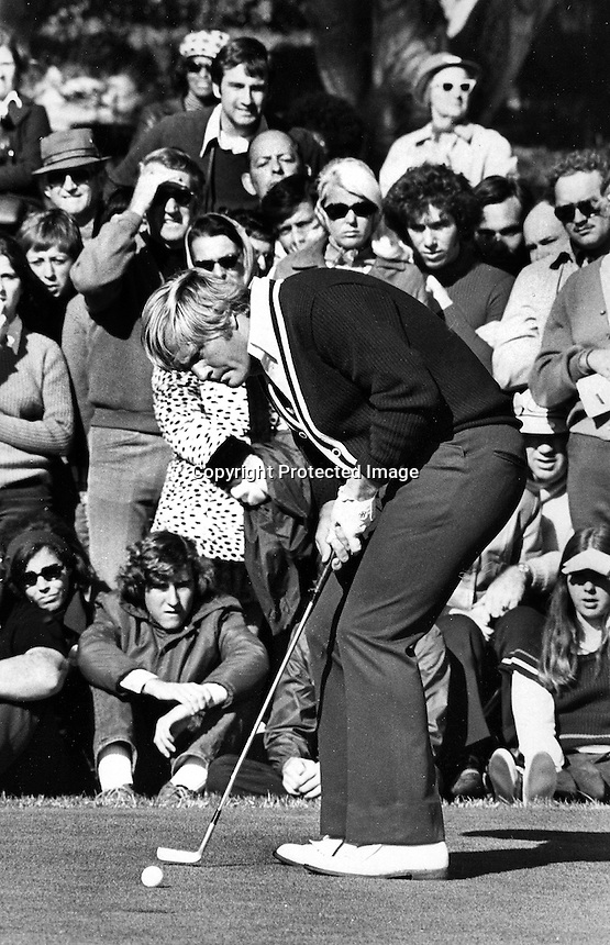 Jack Nicklaus putting (1973 photo by Ron Riesterer)
