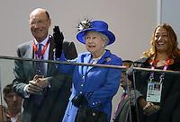 Olympia 2012 London   Aquatics Centre  28.07.2012 John Harmitt, Koenigin Elizabeth II. und Architektin Zaha Hadid (v.li.) schauen sich die Schwimm-Vorlaeufe an.