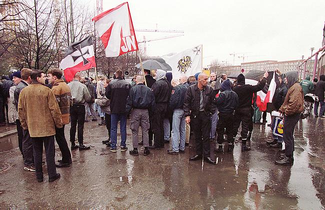 Gegen das in Berlin geplante Holocaustmahnmal rief ein sog. Buendnis gegen das Holocaustmahnmal zu einer Demonstration. 6-700 Skinheads und Rechtsextreme aus dem gesamten Bundesgebiet kamen zu der gerichtlich durchgesetzten Demonstration. Es waren fast ausschliesslich NPD-Mitglieder und Sympathiesanten. Die Organisation der Demonstration lag fest in den Haenden sogenannten Freier Kameradschaften.<br /> Hier: Sammeln am Bahnhof Friedrichstrasse.<br /> Berlin, 29.1.2000<br /> Copyright: Christian-Ditsch.de<br /> [Inhaltsveraendernde Manipulation des Fotos nur nach ausdruecklicher Genehmigung des Fotografen. Vereinbarungen ueber Abtretung von Persoenlichkeitsrechten/Model Release der abgebildeten Person/Personen liegen nicht vor. NO MODEL RELEASE! Nur fuer Redaktionelle Zwecke. Don't publish without copyright Christian-Ditsch.de, Veroeffentlichung nur mit Fotografennennung, sowie gegen Honorar, MwSt. und Beleg. Konto: I N G - D i B a, IBAN DE58500105175400192269, BIC INGDDEFFXXX, Kontakt: post@christian-ditsch.de<br /> Bei der Bearbeitung der Dateiinformationen darf die Urheberkennzeichnung in den EXIF- und  IPTC-Daten nicht entfernt werden, diese sind in digitalen Medien nach &sect;95c UrhG rechtlich gesch&uuml;tzt. Der Urhebervermerk wird gemaess &sect;13 UrhG verlangt.]