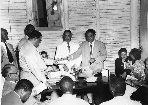 Entregando la Cartilla Trujillo de Alfabetización. Miguel A. Jiménez, Josefina Sánchez de González, Uribe Macias © AGN