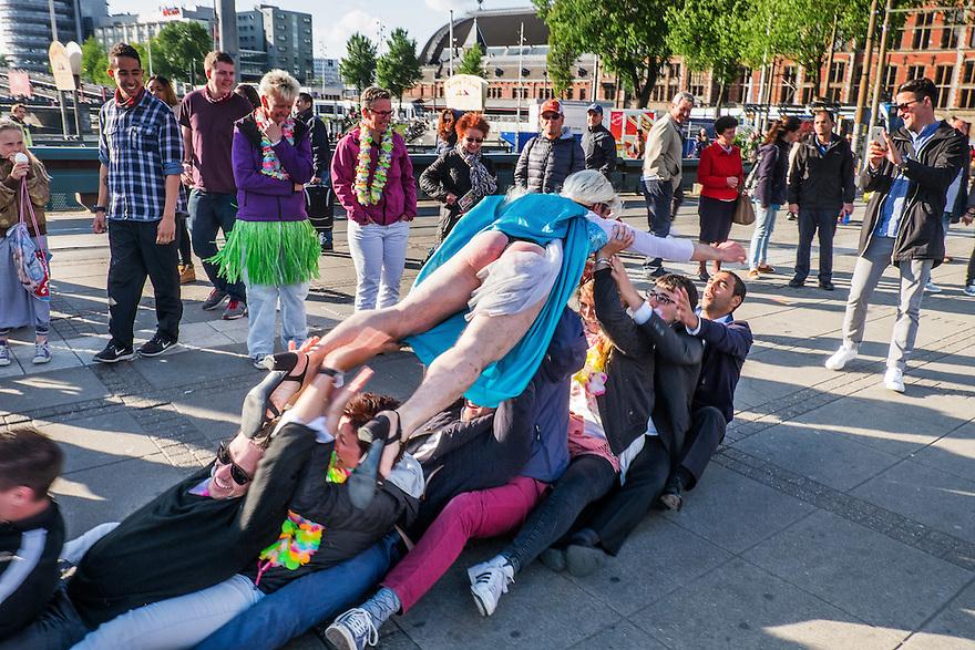 Nederland, Amsterdam, 30 mei 2015<br /> Bachelorsparty. Jongens uit Frankrijk en Zwitserland houden in Amsterdam bachelorsparty omdat een van hun gaat trouwen. Die gaat nog &eacute;en keer enorm uit zijn dak voordat hij het juk van het huwelijk op zich neemt. <br /> Foto: Michiel Wijnbergh
