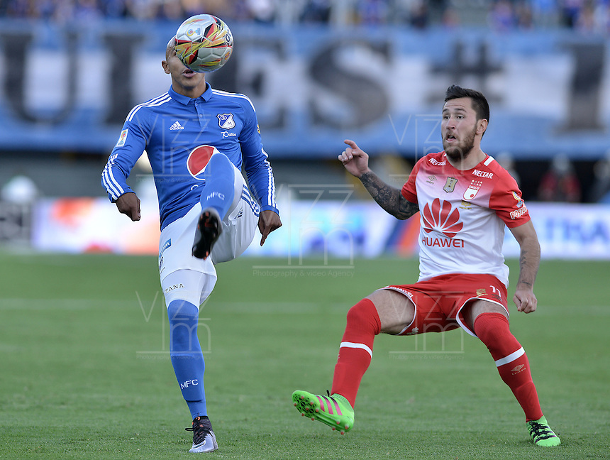 BOGOTA - COLOMBIA -20 -03-2016: Jonathan Estrada (Izq) jugador de Millonarios disputa el balón con Jonathan Gomez (Der) jugador de Independiente Santa Fe durante partido por la fecha 10 de la Liga Águila I 2016 jugado en el estadio Nemesio Camacho El Campín de la ciudad de Bogotá./ Jonathan Estrada (L) player of Millonarios fights for the ball with Jonathan Gomez (R) player of Independiente Santa Fe during the match for the date 10 of the Aguila League I 2016 played at Nemesio Camacho El Campin stadium in Bogota city. Photo: VizzorImage / Gabriel Aponte / Staff.