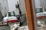 Foto: VidiPhoto<br /> <br /> ARNHEM - In opdracht van het Nederlands Openluchtmuseum in Arnhem wordt er donderdag flink gesloopt en gebouwd aan het entreepaviljoen van het museum, dat straks het Canongebouw gaat heten. Het nieuwe entreepaviljoen wordt niet alleen gebouwd om de zogenoemde canon van Nederland te faciliteren, maar ook om de te verwachten 700.000 bezoekers per jaar te kunnen ontvangen. Architectenbureau Mecanoo heeft het entreepaviljoen in 2000 gebouwd en doet ook deze nieuwe verbouwing. Donderdag zijn plannen voor de presentatie van de Canon van de Nederlandse geschiedenis bekend gemaakt. Kern hiervan is het grote bolvormige gebouw bij de ingang, het voormalige Hollandrama, waarin tien decors uit tien tijdperken worden opgesteld. Er zijn films te zien van gewone mensen uit die tijd. Ook zijn er digitale presentaties, doet de bezoeker mee aan spellen en quizzen en zijn historische objecten te zien. De Canon van Nederland neemt de bezoekers in een beknopt en interactief overzicht mee door de Nederlandse geschiedenis: van hunebed naar de jaren zestig, zeventig, tachtig en negentig. &lsquo;Waar geschiedenis beleefd wordt in het hoofd, zullen wij verleden ook laten voelen en beleven met behulp van moderne en interactieve elementen. Dus ook met het hart en met de handen &rsquo;, aldus directeur Willem Bijleveld. Medio 2017 moet alles gereed zijn.