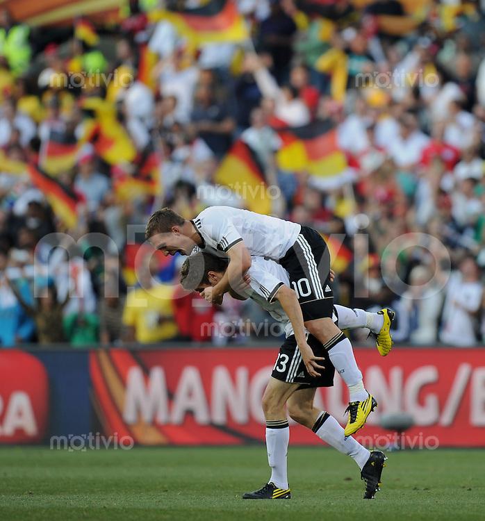 FUSSBALL WM 2010   ACHTELFINALE      27.06.2010 Deutschland - England JUBEL  Deutschland ; Thomas MUELLER (unten) und Lukas PODOLSKI