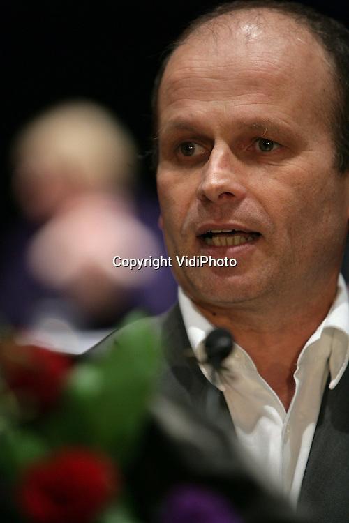 Foto: VidiPhoto..ARNHEM - De leden van de PvdA hebben Thijs Berman gekozen als lijsttrekker bij de Europese verkiezingen. Dat is zaterdag tijdens de ledenvergadering van de PvdA in het Musis Sacrum in Arnhem bekend gemaakt. De kandidaat-lijsttrekkers waren Hannah Belliot, Thijs Berman, Kris Douma en Jacques Monasch. Berman versloeg met een miniem verschil Jacques Monasch: na drie stemrondes kreeg Berman 49,8 procent van de stemmen, Monasch 49,2 procent. Ruim tienduizend leden brachten hun stem uit, voldoende om de ledenraadpleging geldig te verklaren.