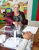 Wähler gehen am Sonntag (05.10.2013) in einer Schule in der bulgarischen Schwarzmeerstadt Baltschik wählen. Am Sonntag finden hier im Nordosten des Landes, wie überall in Bulgarien Parlamentswahlen statt. Bulgarien, als ärmstes Land in der EU, hat zur Zeit mit vielen Problemen, wie starker Korruption, hohen Energiepreisen und einer Bankenkrise zu kämpfen.