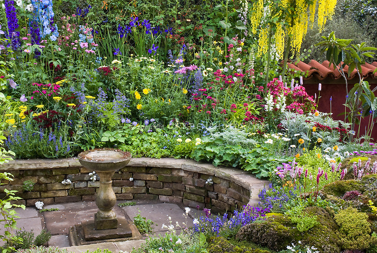 Mixed garden bed and patio
