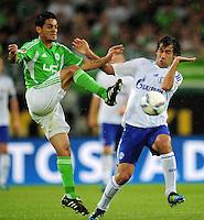 FUSSBALL   1. BUNDESLIGA   SAISON 2011/2012    5. SPIELTAG VfL Wolfsburg - FC Schalke 04                                  11.09.2011 JOSUE (li, Wolfsburg) gegen RAUL (re, Schalke 04)