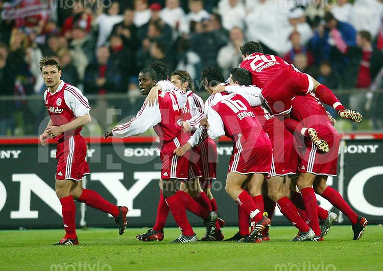 FUSSBALL Bundesliga 2003/2004 12. Spieltag FC Bayern Muenchen-Borussia Dortmund JUBEL Bayern; Robert Kovac, Samuel Osei Kuffour, Willy Sagnol, Bixente Lizarazu, Jens Jeremies, Roy Makaay, Hasan Salihamidzic (v.li)