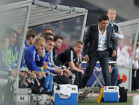 FUSSBALL   1. BUNDESLIGA  SAISON 2011/2012   7. Spieltag     23.09.2011 VfB Stuttgart - Hamburger SV Trainer Rodolfo Esteban Cardoso (re, Hamburger SV) und Co-Trainer  Frank Heinemann (2.v.re, Hamburger SV) nachdenklich