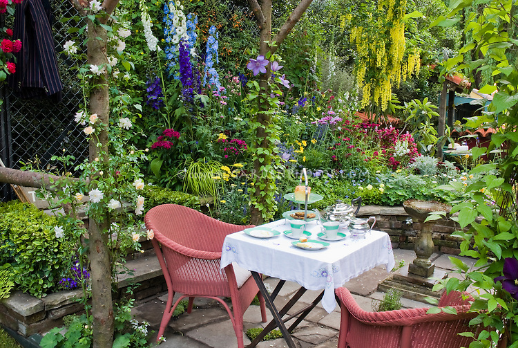 Dining outside in the garden plant flower stock - Outdoor garden rooms pictures ...