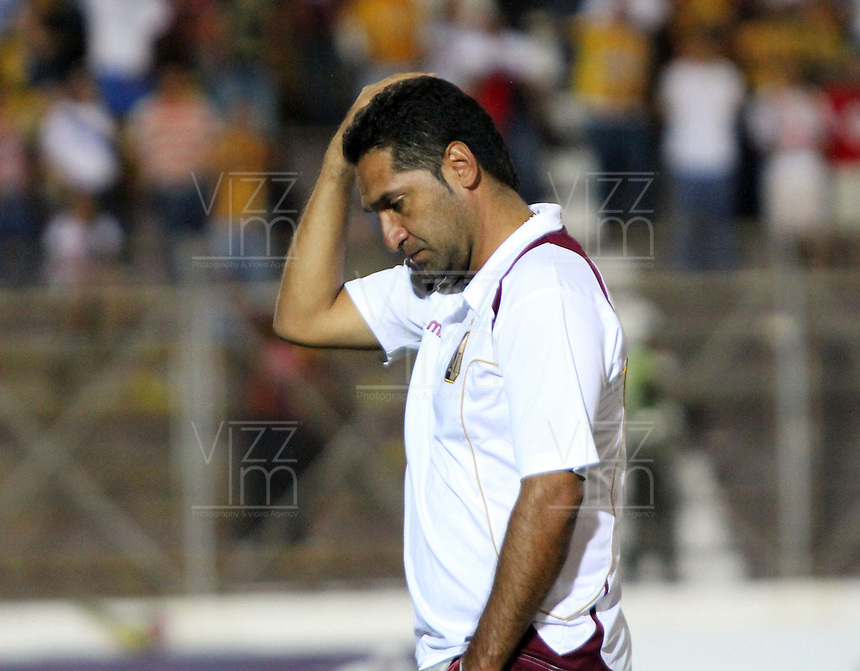 IBAGU&Eacute; -COLOMBIA, 7-07-2013. Tristeza de Carlos Castro director t&eacute;nico del Deportes Tolima   al perder su clasificaci&oacute;n a la final del torneo Liga Postob&oacute;n  con el  Itag&uuml;i ,  durante partido de los cuadrangulares finales, fecha 6, de la Liga Postob&oacute;n 2013-1 jugado en el estadio Manuel Murillo Toro la ciudad de Ibagu&eacute;./ <br />