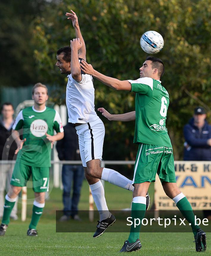 VV Emelgem - Kachtem  -  FC Lendelede Sport : duel tussen Miguel Borry (links) en Michiel Deltour (r)<br /> Foto David Catry | VDB | Bart Vandenbroucke