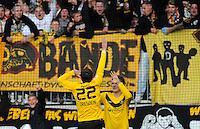 Fussball, 2. Bundesliga, Saison 2011/12, SG Dynamo Dresden - FC Erzgebirge Aue, Sonntag (21.11.11), gluecksgas Stadion, Dresden. Dresdens Zlatko Dedic (li.) jubelt nach seinem Tor zum 1:0 mit Florian Jungwirth.