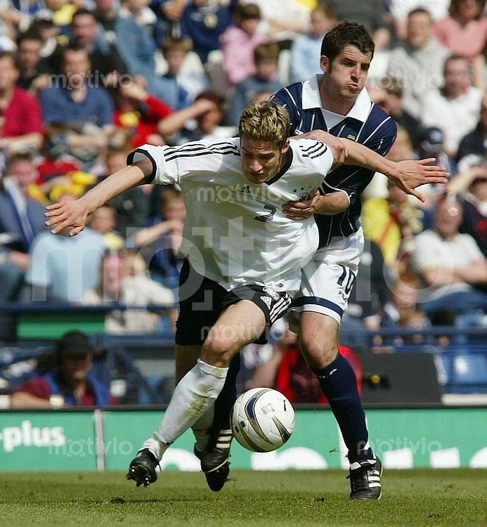 FUSSBALL International Euro Qualifikation 2004 Gruppe 5 Schottland 1-1 Deutschland Arne Friedrich (GER,li) gegen StephenCrawford (SCO)