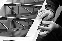 Segelflugzeug in der Grundueberholung, Schleifen: DEUTSCHLAND 08.12.2013: Segelflugzeug in der Grundueberholung, Schleifen des Querrudersteg an der Fluegelflaeche
