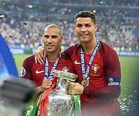 FUSSBALL EURO 2016 FINALE IN PARIS  Portugal - Frankreich          10.07.2016 Cristiano Ronaldo (re, Portugal) und Ricardo Quaresma (li, Portugal) mit dem EM Pokal