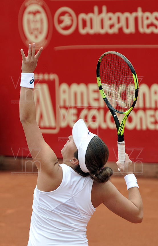 BOGOTA - COLOMBIA - 15-04-2016: Irina Falconi de Estados Unidos, sirve a Catalina Pella de Argentina, durante partido por el Claro Colsanitas WTA, que se realiza en el Club El Rancho de Bogota. / Irina Falconi of United States, serves to Catalina Pella of Argentina, during a match for the WTA Claro Colsanitas, which takes place at Club El Rancho de Bogota. Photo: VizzorImage / Luis Ramirez / Staff.