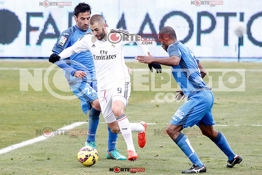 Getafe's  Juan Rodriguez (l) and Naldo Gomes (r) and Real Madrid's Karim Benzema during La Liga match.January 18,2013. (ALTERPHOTOS/Acero) /NortePhoto<br />