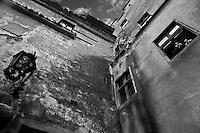 esterno del castello, due persone si affacciano a una finestra, Outside the castle, two people facing a window, l'extérieur du château, deux personnes face à une fenêtre