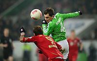 FUSSBALL   1. BUNDESLIGA   SAISON 2012/2013    22. SPIELTAG VfL Wolfsburg - FC Bayern Muenchen                       15.02.2013 Mario Mandzukic (li, FC Bayern Muenchen) gegen Marcel Schaefer (re, VfL Wolfsburg)