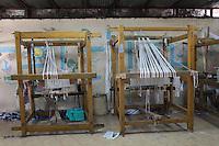 2011 Mokattam Garbage City (alla periferia del Cairo) il quartiere copto dove si vive in mezzo alla spazzatura raccolta: telai offerti da una associazione per il lavoro delle donne