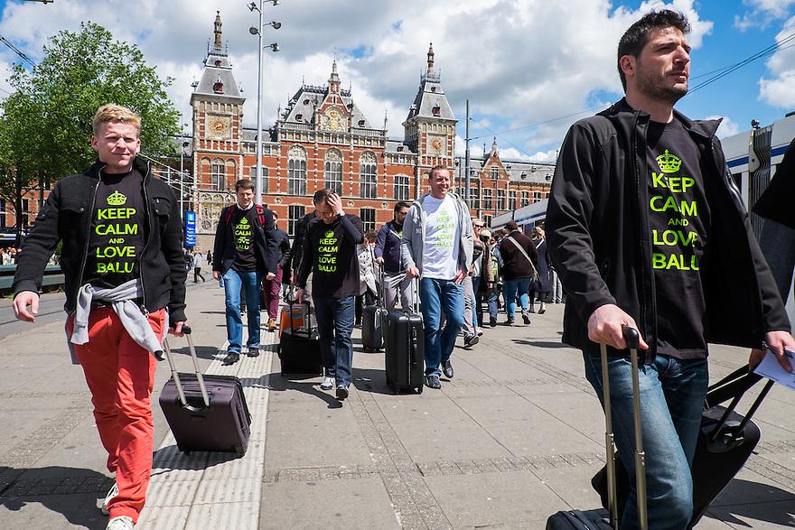 Nederland, Amsterdam, 30 mei 2015<br /> NS station Amsterdam Centraal met reizigers die net uit het station zijn gekomen. <br /> Foto: Michiel Wijnbergh