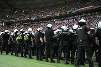 FUSSBALL  EUROPAMEISTERSCHAFT 2012   VORRUNDE Polen - Russland             12.06.2012 Polizisten sichern das Stadion in Warschau