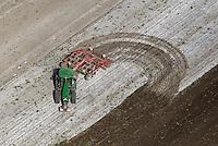 Landwirtschaftliche Arbeit mit dem Grubber: EUROPA, DEUTSCHLAND, SCHLESWIG- HOLSTEIN,  (GERMANY), 01.05.2014: Landwirtschaftliche Arbeit mit dem Grubber, Geraet zur Bodenbearbeitung. Es dient zum Lockern und Kruemeln der Erde, zum Einarbeiten von Pflanzenresten oder organischem Duenger, zur Unkrautbekaempfung und zum Teil auch als Pflugersatz, um den Boden aufzulockern, aber nicht zu wenden.