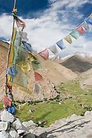 Drapaux de prière boudhistes sur fond d'une petite vallée irriguée du Ladakh. Le vent emporte vers les cieux les prières inscrites sur le tissu. Ladakh Himalaya Inde. Photo : Vibert / Actionreporter.com
